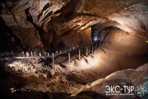 Один из залов пещеры. Фото показывает масштабы и величие Новоафонской пещеры