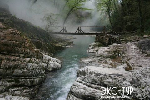 Пешеходный мостик через реку